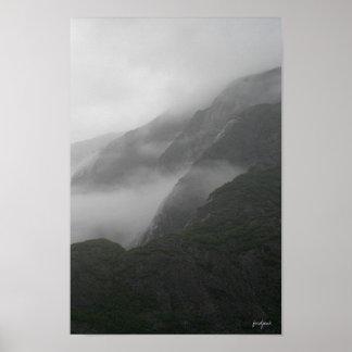 montañas brumosas poster