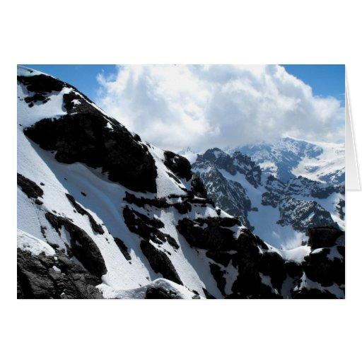 Montañas capsuladas nieve en las montañas suizas tarjetón