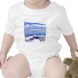 Montañas de la montaña con el cielo azul traje de bebé