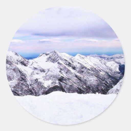 Montañas de la montaña cubiertas con nieve pegatina redonda
