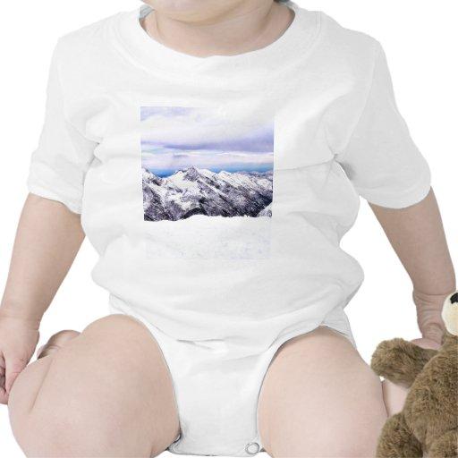 Montañas de la montaña cubiertas con nieve trajes de bebé