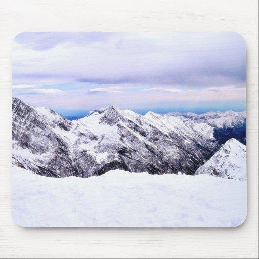Montañas de la montaña cubiertas con nieve tapete de raton