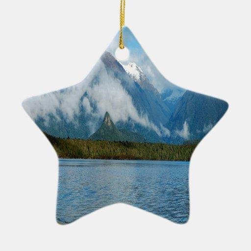 Montañas del arco iris de la orilla del lago de la ornamento para arbol de navidad