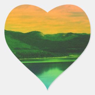 Montañas del arco iris y agua Canadá de la costa Pegatina En Forma De Corazón