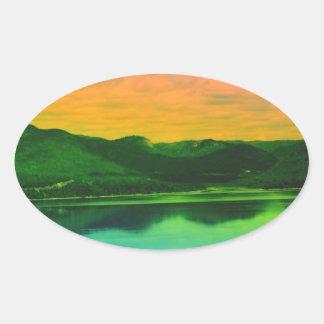 Montañas del arco iris y agua Canadá de la costa Pegatina Ovalada