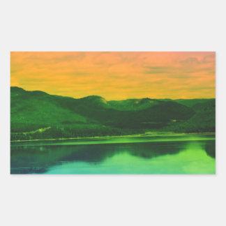 Montañas del arco iris y agua Canadá de la costa Pegatina Rectangular
