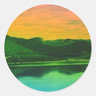 Montañas del arco iris y agua Canadá de la costa Pegatina Redonda