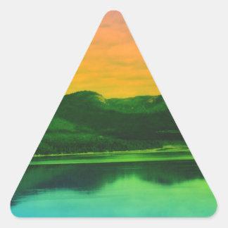 Montañas del arco iris y agua Canadá de la costa Pegatina Triangular
