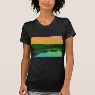 Montañas del arco iris y agua Canadá de la costa Playera