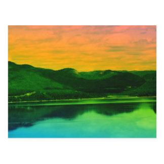 Montañas del arco iris y agua Canadá de la costa Postal