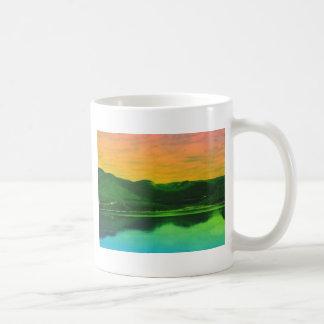 Montañas del arco iris y agua Canadá de la costa Taza Clásica