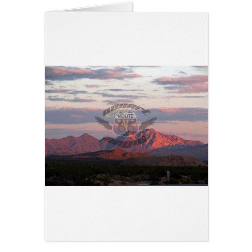 Montañas del desierto con el logotipo felicitacion