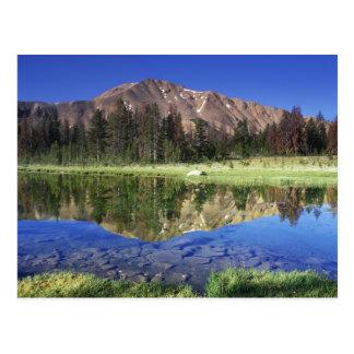 Montañas del diente de sierra reflejadas en el postales