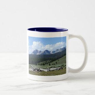 Montañas del diente de sierra tazas de café