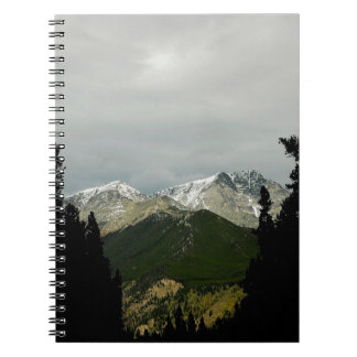 Montañas del gris del cielo libreta