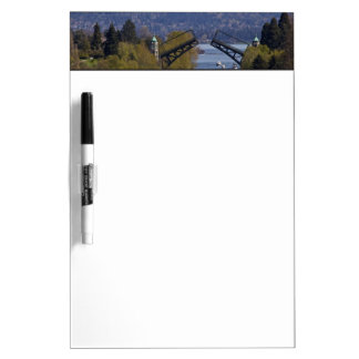 Montañas del puente y de la cascada de Montlake Pizarras Blancas