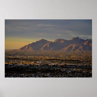 Montañas en la oscuridad póster