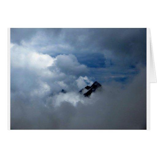 Montañas en las nubes tarjeta