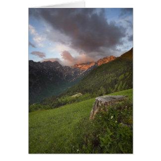Montañas encendidas por la salida del sol en Eslov Felicitacion