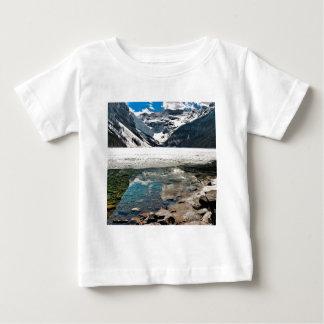Montañas escarchadas del lago winter de la playeras