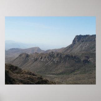 Montañas grandes de la curva póster