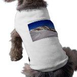 Montañas Nevado contra el cielo azul Ropa De Perro