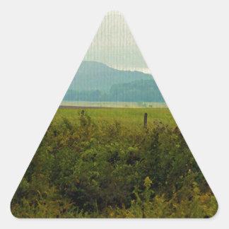Montañas pintadas pegatina triangular