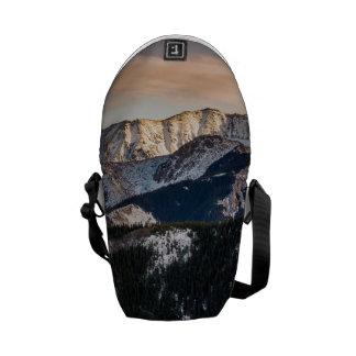 Montañas púrpuras de la puesta del sol bolsas de mensajería