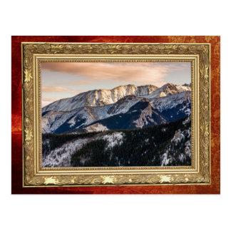Montañas púrpuras de la puesta del sol postal