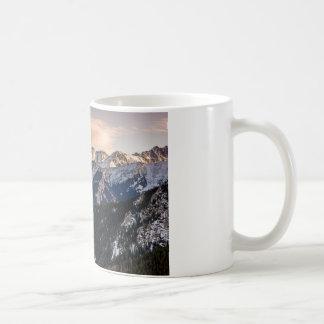 Montañas púrpuras de la puesta del sol taza