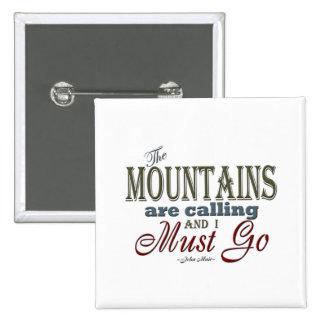 Montañas que llaman la cita de la tipografía - pin cuadrado