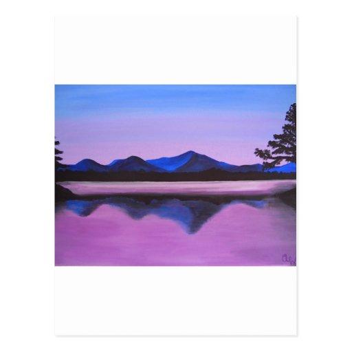 montañas reflejadas en el lago postales