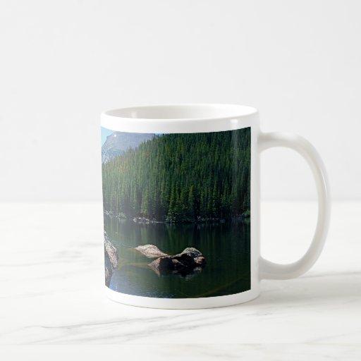 Montañas rocosas taza de café
