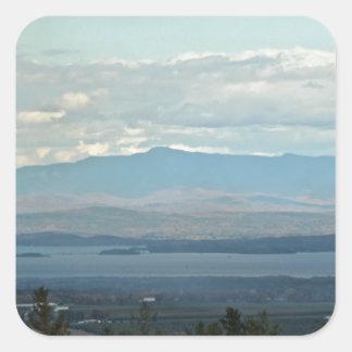 Montañas verdes pegatina cuadrada