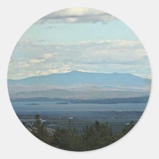 Montañas verdes pegatina redonda