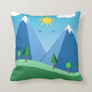 Montañas y almohada de tiro felices de la escena