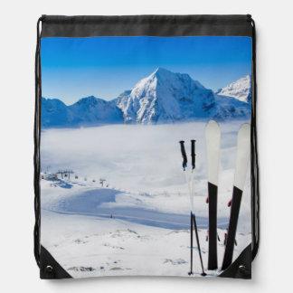 Montañas y equipo del esquí mochilas