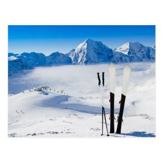 Montañas y equipo del esquí postales