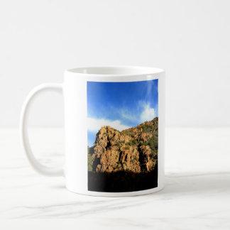 Montañas y nubes taza clásica