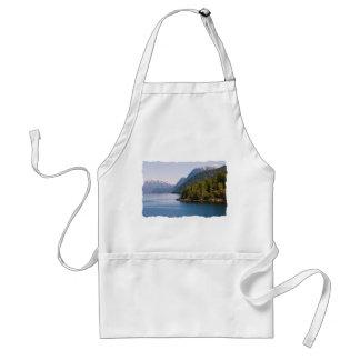 Montañas y océano hermosos de la Columbia Delantal