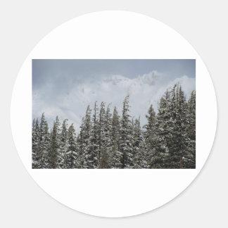 Montañas y postal de la nieve pegatina redonda