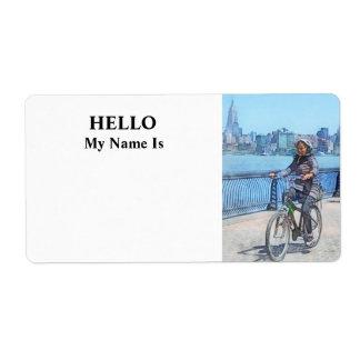 Montando en bicicleta a lo largo del embarcadero etiqueta de envío