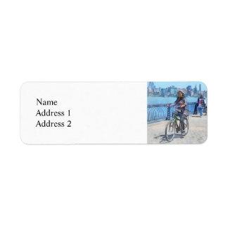 Montando en bicicleta a lo largo del embarcadero etiqueta de remitente