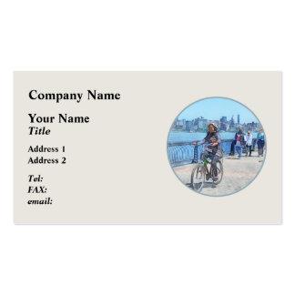 Montando en bicicleta a lo largo del embarcadero tarjetas de visita