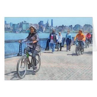 Montando en bicicleta a lo largo del embarcadero tarjeta de felicitación
