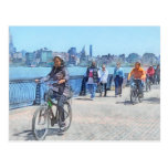 Montando en bicicleta a lo largo del embarcadero postal