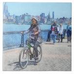 Montando en bicicleta a lo largo del embarcadero u tejas