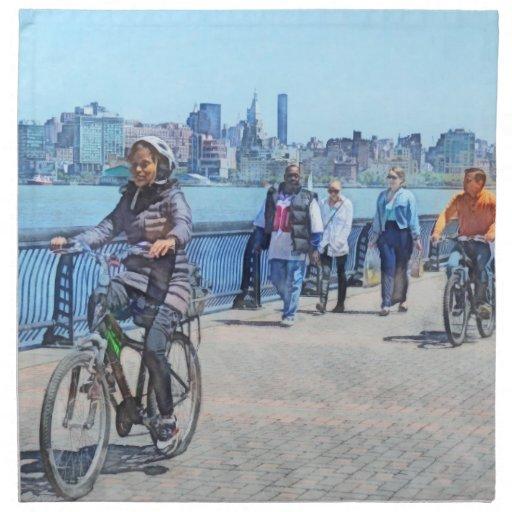 Montando en bicicleta a lo largo del embarcadero u servilletas imprimidas