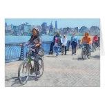 Montando en bicicleta a lo largo del embarcadero u felicitacion