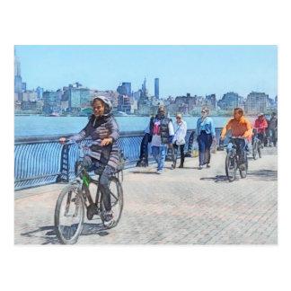 Montando en bicicleta a lo largo del embarcadero u tarjetas postales